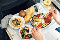 Có được phục vụ ăn uống khi đi máy bay không?