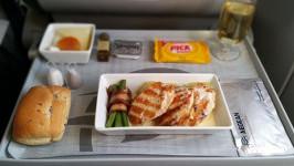 Đi máy bay có được phục vụ ăn uống không?