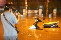 Sài Gòn vật vã trong cơn mưa lớn nhất năm