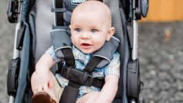 Xe đẩy em bé (xe nôi) có được mang lên máy bay không?