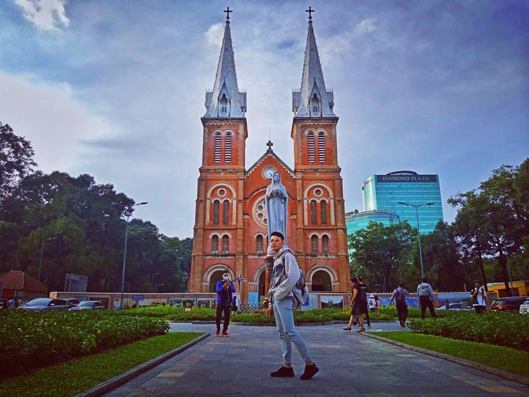 Nhà thờ Đức Bà là địa điểm du lịch thành phố Hồ Chí Minh nổi tiếng mà bạn không thể bỏ qua