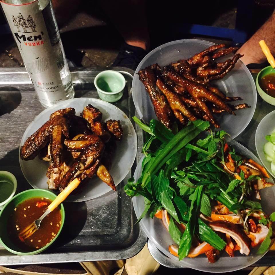 Chân gà Cao Đạt là một trong những quán chân gà nướng ngon ở Hà Nội được nhiều thực khách yêu thích.