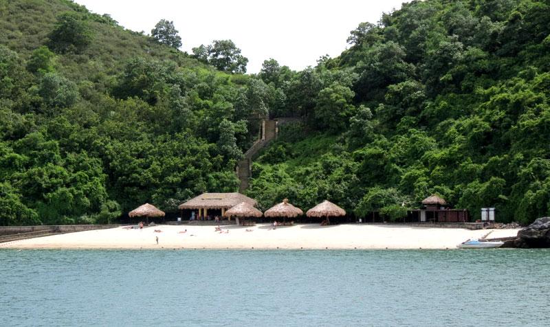 Du thuyền sẽ đưa du khách đến những bãi tắm đẹp và sạch nhất Vịnh