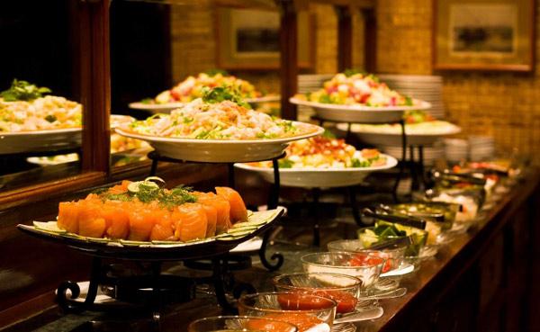 Bữa tối ngon lành đang chờ đợi các du khách