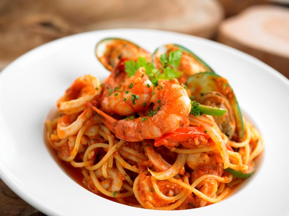 Thưởng thức bữa tối hấp dẫn với những món ăn đa dạng trên du thuyền
