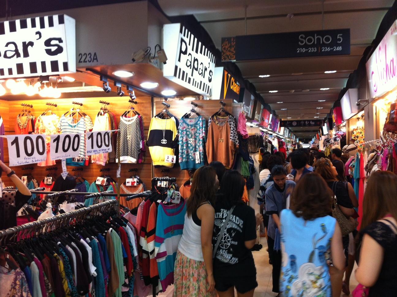 Chợ rất đông, hãy cẩn thận đề phòng móc túi