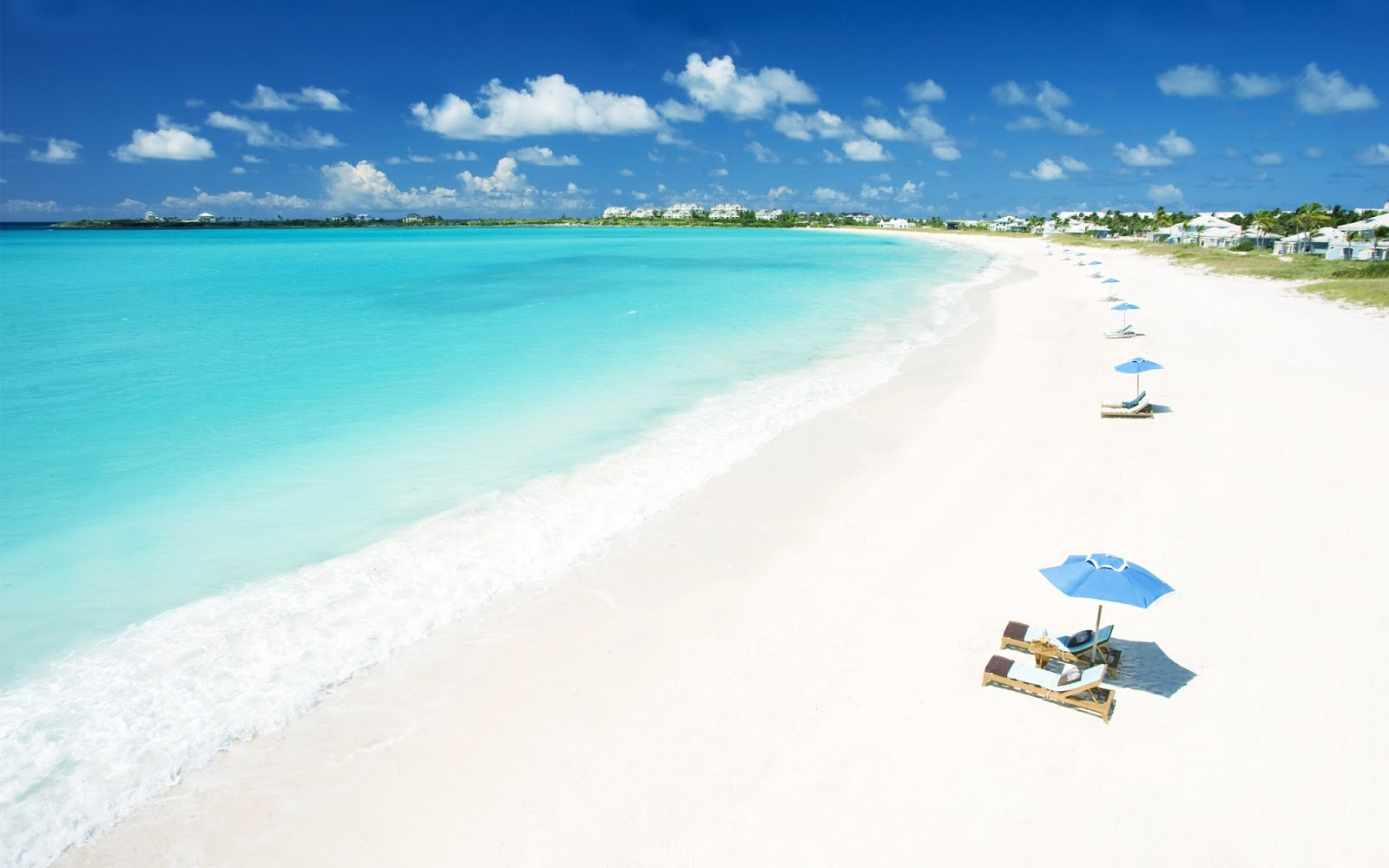 Bờ biển Nha Trang với cát trắng nắng vàng