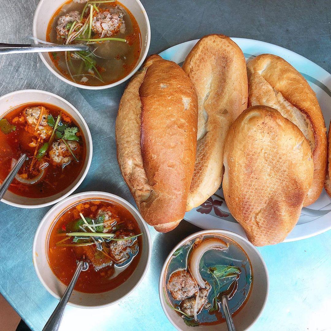 Bánh mì xíu mại là món ăn sáng ngon ở Đà Lạt