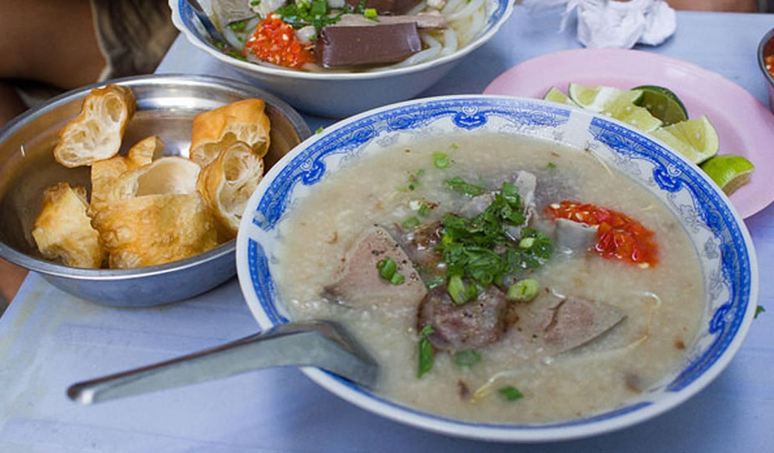 Một địa điểm ăn sáng ngon Đà Lạt tại quán cháo lòng lâu năm Bà Mén