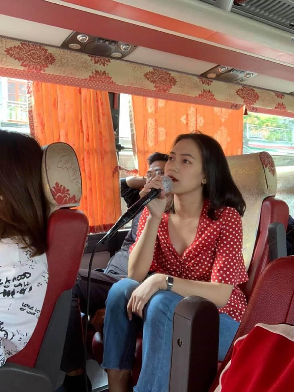 Mọi người thay nhau hát karaoke trên xe ô tô