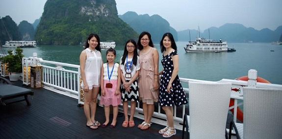 Khách hàng của BestPrice tận hưởng tour du thuyền Hạ Long