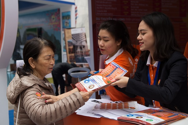 Nhân viên bộ phận khách sạn của BestPrice giới thiệu các sản phẩm tới khách tham gia hội chợ