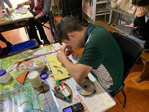 Một em ở trung tâm Quỳnh Hoa đang tỉ mỉ ngồi làm đồ thủ công