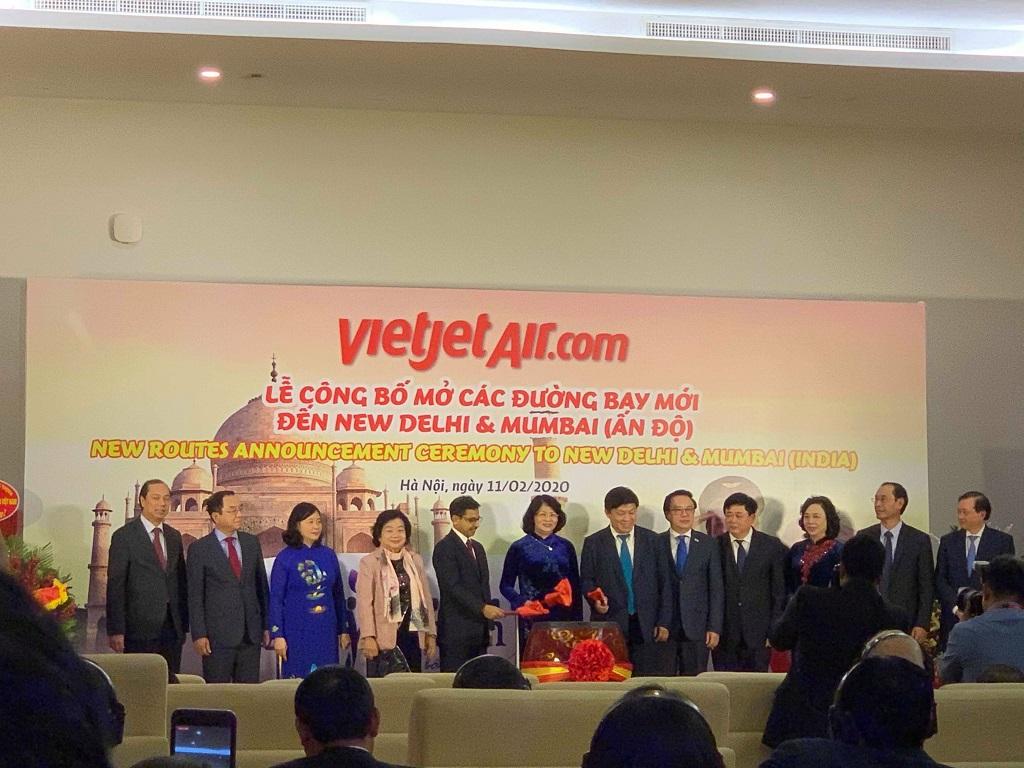 Các nhà lãnh đạo cấp cao cùng nhau thực hiện nghi thức công bố đường bay mới