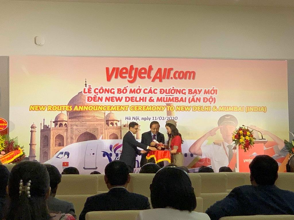 Đại diện hãng trao quà tặng là mô hình máy bay Vietjet cho Đại Sứ Quán Ấn Độ