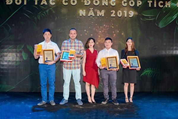 Bà Thanh Huyền- Giám đốc kinh doanh mảng khách sạn của BestPrice (đứng bên phải) lên nhận giải