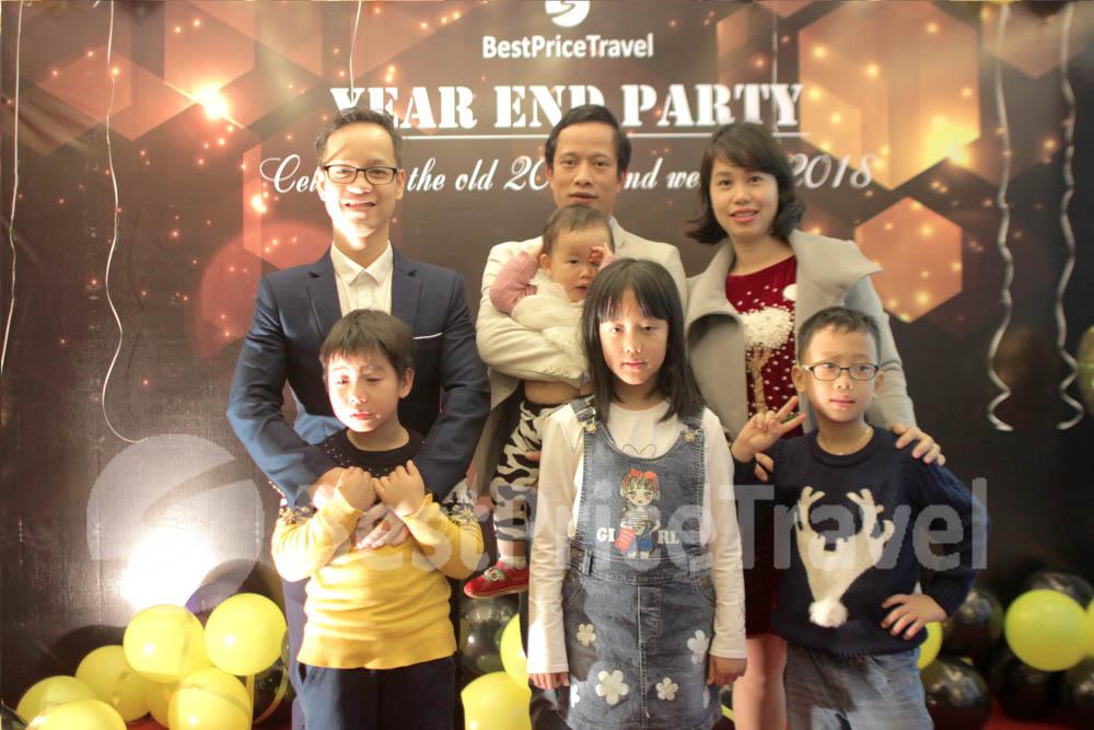 Ông Khúc Tân Dũng chụp ảnh lưu niệm cùng gia đình và nhân viên công ty