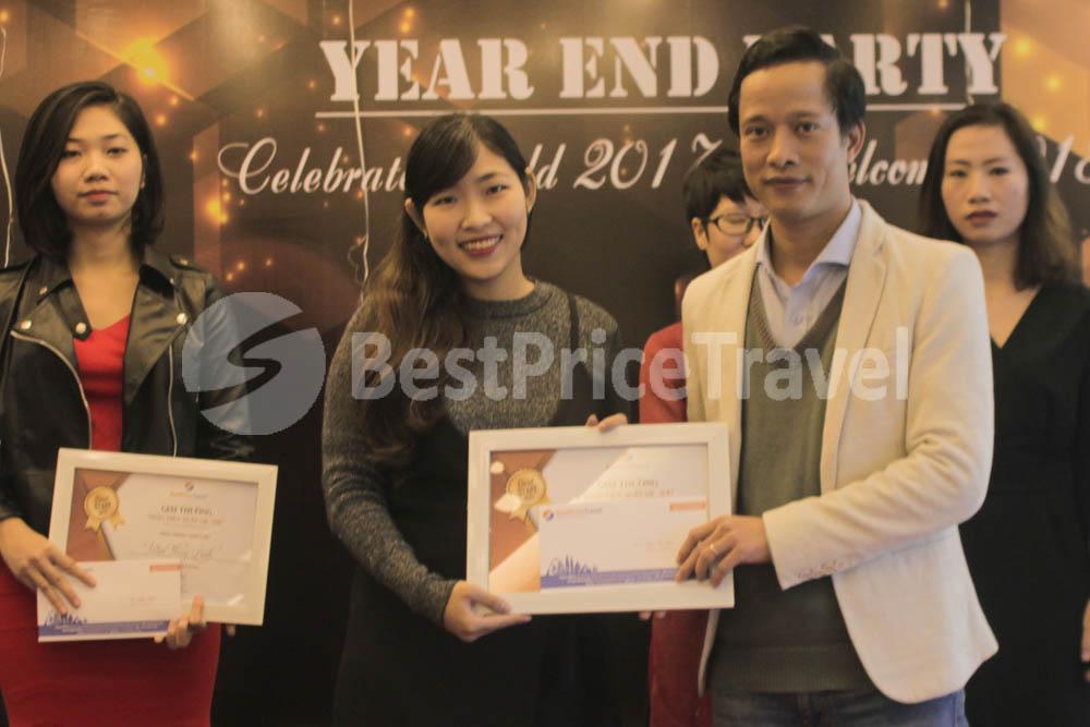 Chị Đặng Tố Loan - Tân trưởng bộ phận Marketing nhận giải thưởng Best staff