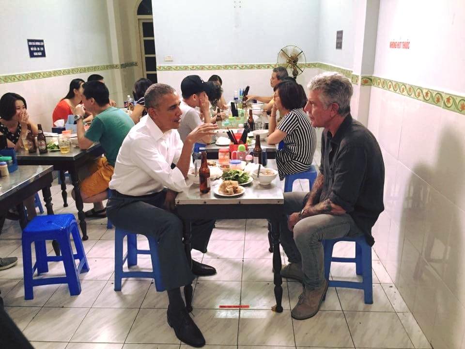 Hình ảnh Tổng thống ngồi ăn bún chả cùng đầu bếp nổi tiếng người Mỹ, Anthony Bourdain