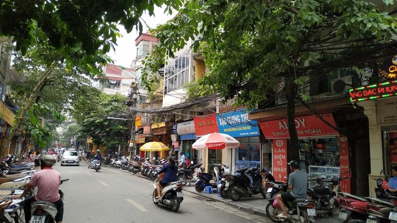 Các cửa hàng vàng bạc trên phố Hà Trung là những địa chỉ đổi tiền Thái Lan uy tín