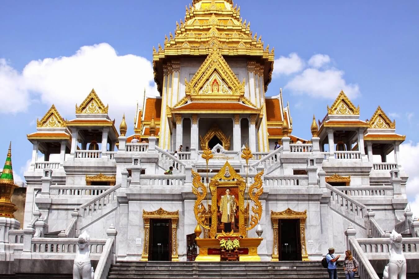 Cầu may năm mới tại Chùa Phật Vàng tại Thái Lan