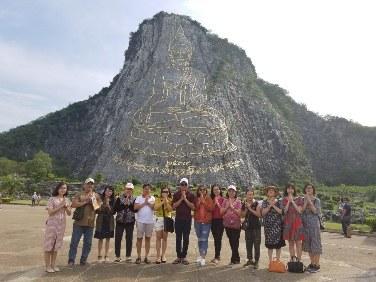 Khách hàng của BestPrice chiêm bái phật trong tour Thái Lan
