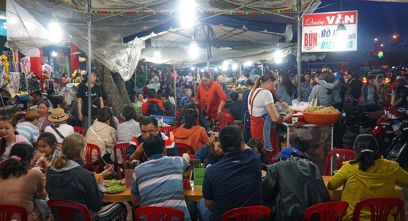 Khu ẩm thực trong chợ đêm Đà Lạt