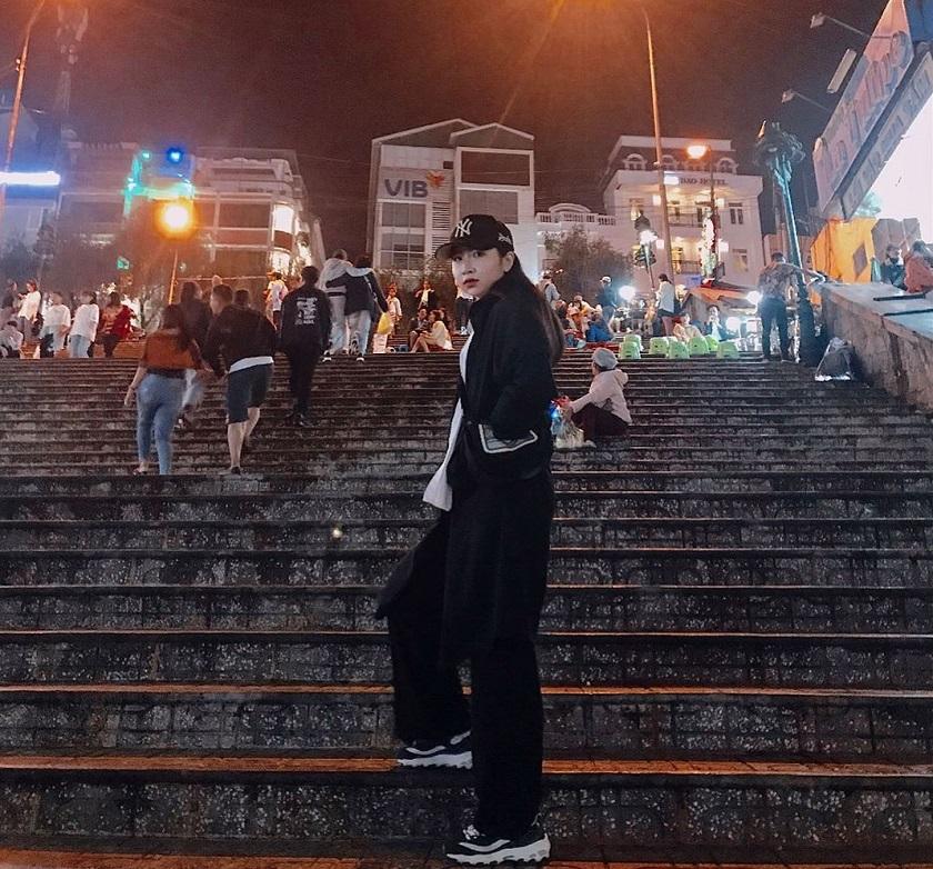 Du khách check in ở cầu thang chợ đêm Đà Lạt