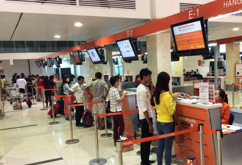 Hành khách đang xếp hàng làm thủ tục tại sân bay.