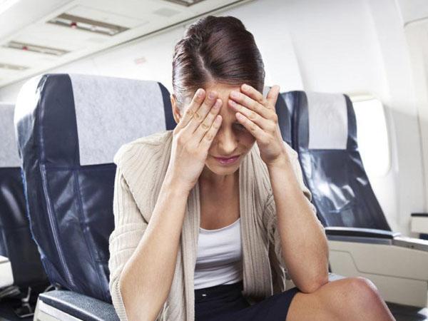 Việc đọc bất kỳ thứ gì trên máy bay khiến bạn dễ say hơn