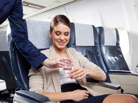 Uống nước khi đi máy bay