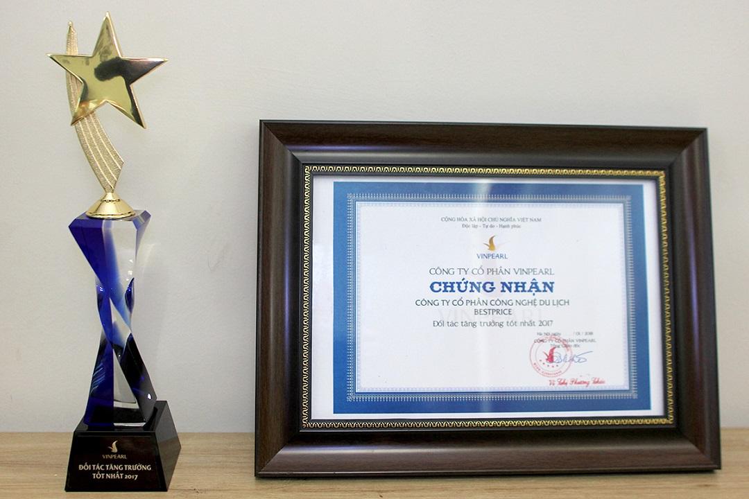 Cúp và Giấy chứng nhận BestPrice là Đối tác tăng trưởng tốt nhất của Vinpearl.