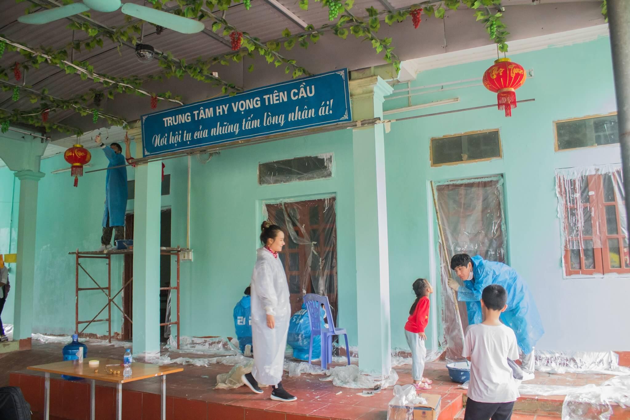 Đội tình nguyện viên Hàn Quốc đang giúp trung tâm sơn sửa lại nhà