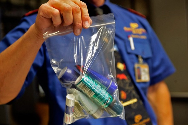 Cần gói kỹ trong túi bóng khi mang chất lỏng lên máy bay
