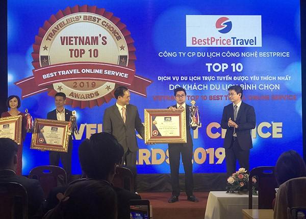 Đại diện Công ty Du lịch BestPrice lên nhận giải thưởng