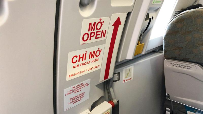 Cách sử dụng cửa thoát hiểm trên máy bay