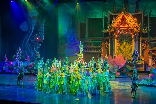 Show diễn độc đáo với các vũ công đều là người chuyển giới ở Pattaya – Thái Lan