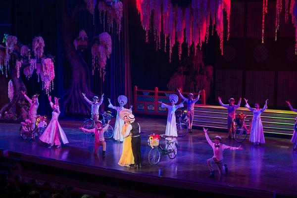 Các vũ công mặc áo dài và biểu diễn bài hát Việt Nam