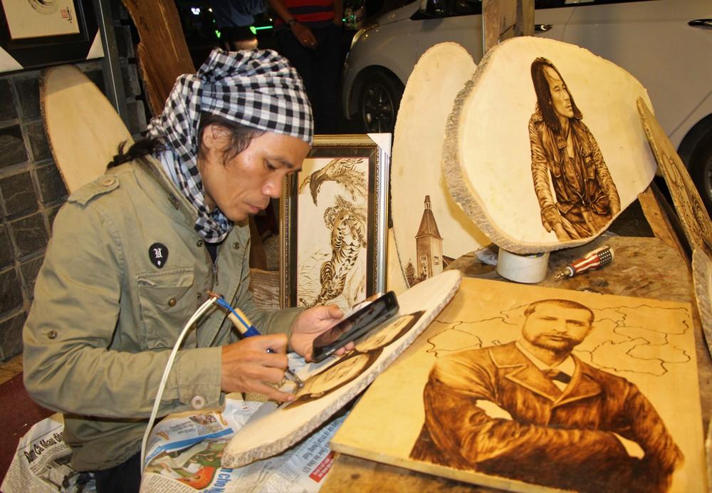 Nghệ nhân vé tranh bút lửa ở Đà Lạt