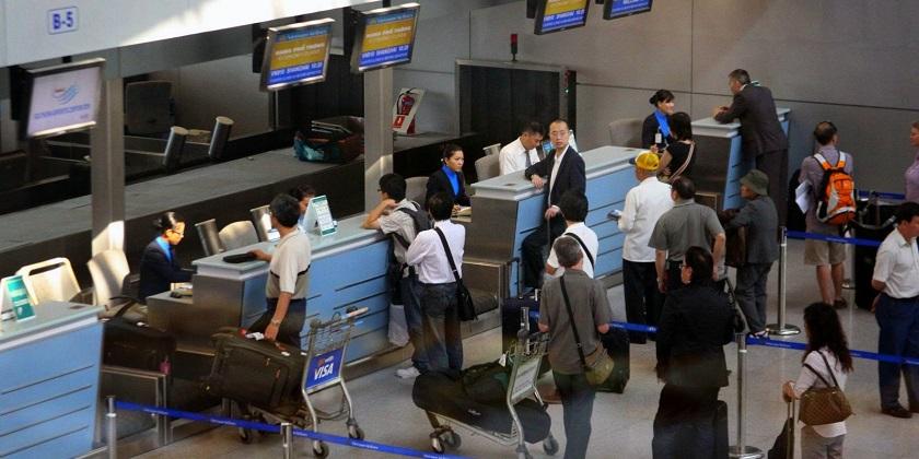 Khách du lịch chờ thủ tục nhập cảnh tại sân bay