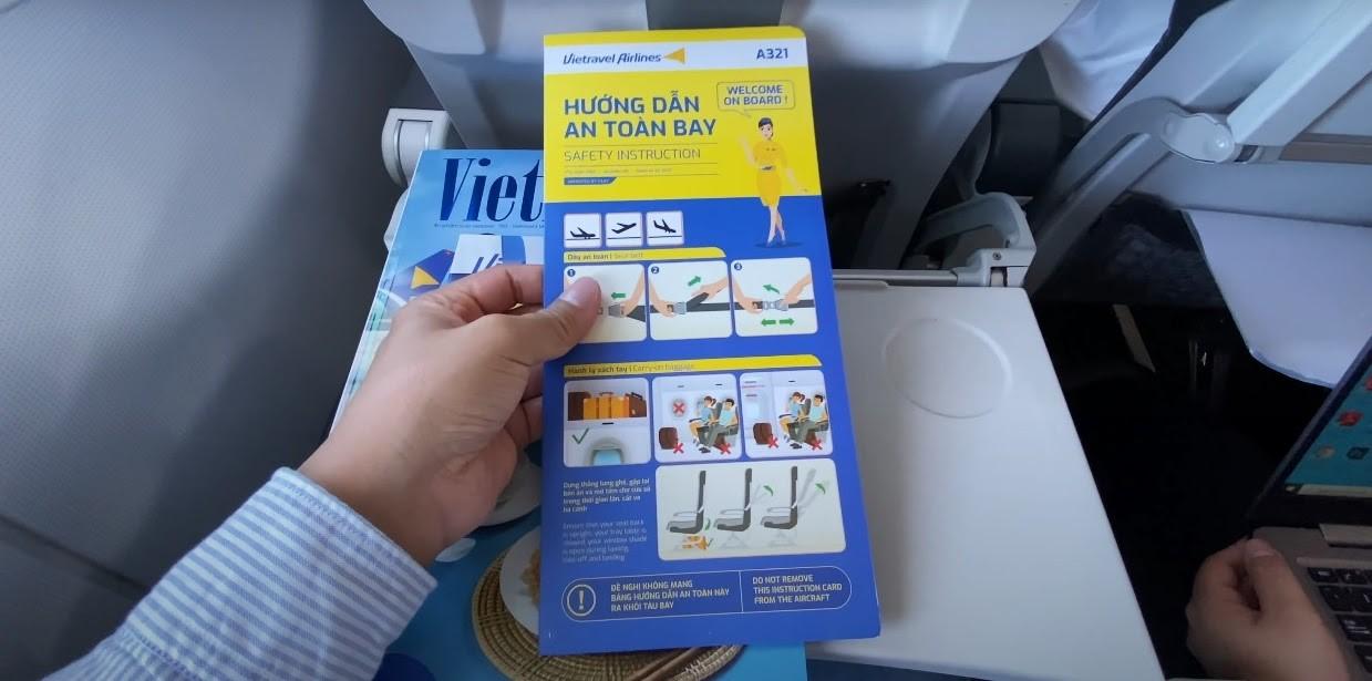 Tờ hướng dẫn an toàn bay luôn có sẵn trên các ghế ngồi của Vietravel Airlines
