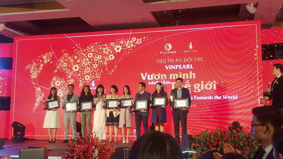 Chị Phạm Thanh Huyền (Thứ 4 từ phải qua trái) đại diện công ty BestPrice lên nhận giải