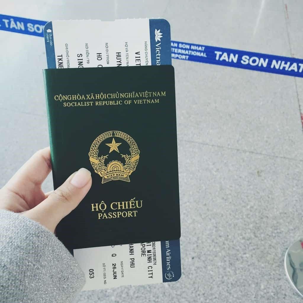Chuẩn bị vé máy bay và hộ chiếu