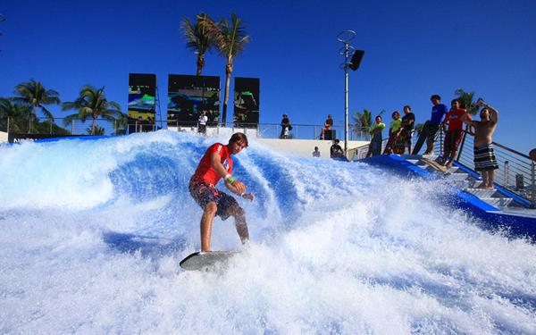 Sentosa wave house thu hút khách du lịch đam mê lướt sóng.