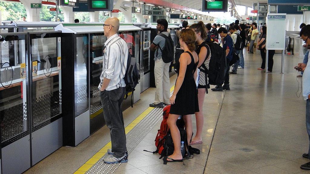 Di chuyển bằng tàu điện ngầm MRT
