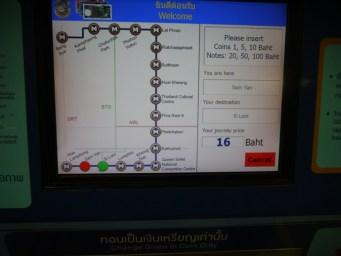 Màn hình hiển thị tên trạm và giá vé MRT