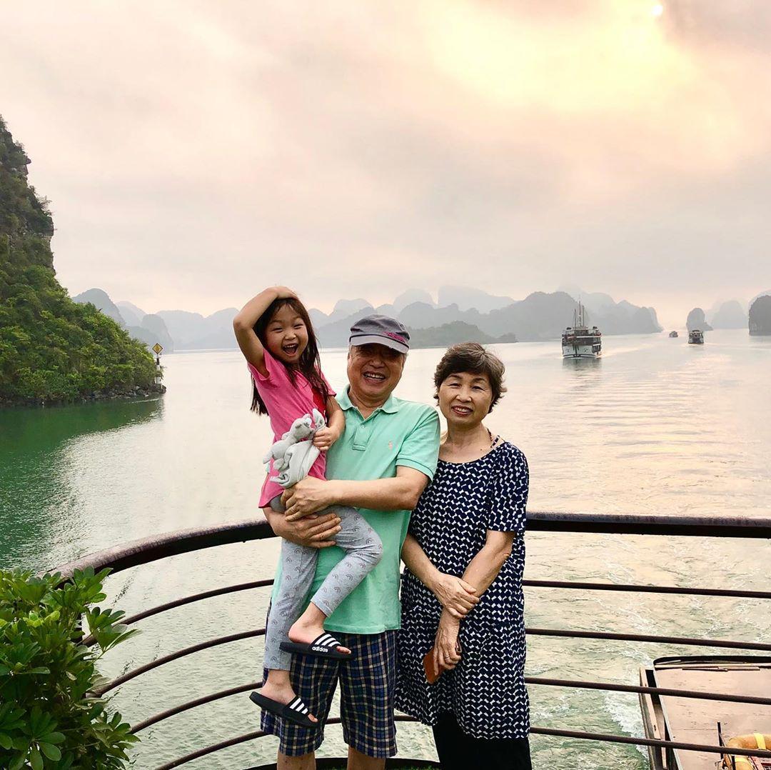 Cả gia đình cùng nghỉ dưỡng trên du thuyền Peony