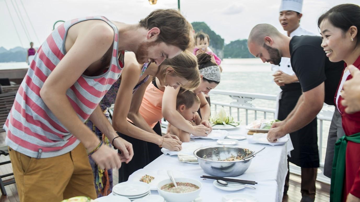 Khách du lịch nước ngoài thích thú học làm món nem Việt Nam
