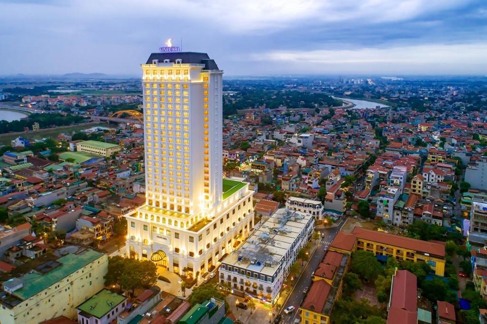 Khách sạn cao 27 tầng này tọa lạc trên con phố nhộn nhịp, sầm uất bậc nhất thành phố