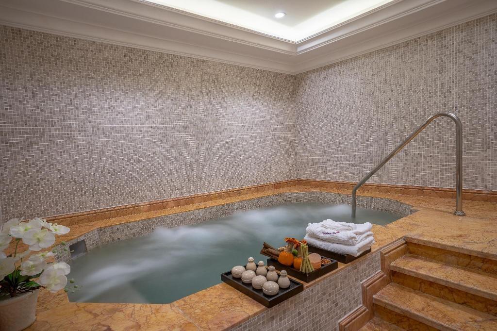 Bể sục Jacuzzi là một điểm nổi bật của khách sạn Vinpearl Phủ Lý